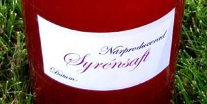 Färdig syrénsaft med egengjord etikett